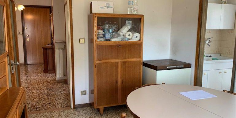 Cucina vista ingresso e cucinino